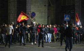 Протестующие в Бишкеке штурмовали здание Госкомитета нацбезопасности