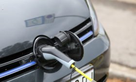 Президент Toyota Motor раскритиковал излишний хайп вокруг электромобилей