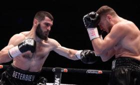 Российский боксер Бетербиев нокаутировал немца Дайнеса и защитил два титула чемпиона мира