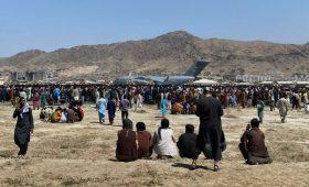 Талибы сообщили о допросах собирающихся покинуть Афганистан иностранцев»/>
