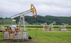 Цена нефти Brent упала ниже $65 за баррель впервые с мая»/>