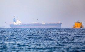 Британские военные заявили об освобождении танкера в Оманском заливе»/>