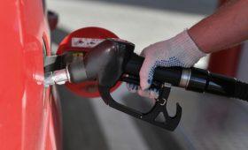 Цены на бензин в России упали впервые за год»/>