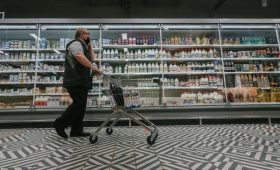Годовая инфляция в России достигла пиковых 7%»/>