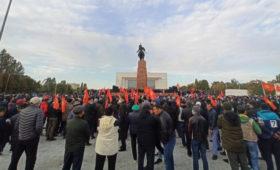 На митинге в Бишкеке началась стрельба