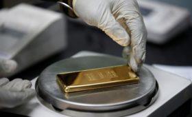 Золото впервые обошло доллар в резервах России